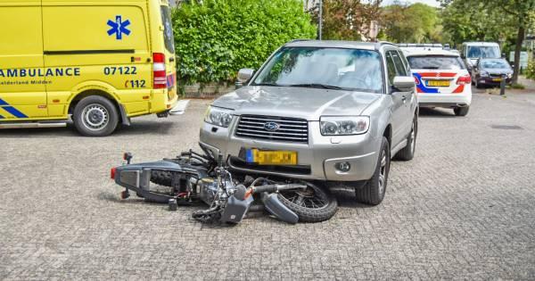 Motorrijder gewond bij aanrijding, motor klem onder auto.