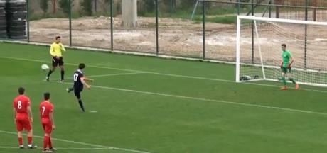Sportieve Turkse jeugdspeler trapt penalty bewust over zijlijn
