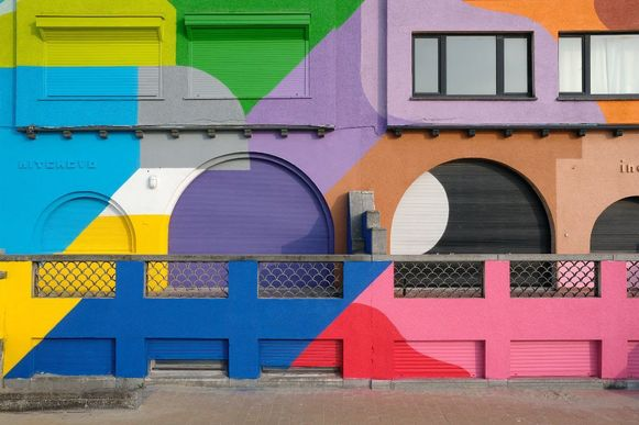 Felgekleurde gevels van Brussels kunstenaar Oli-B in Nieuwpoort