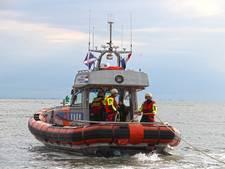 KNRM Neeltje Jans redt bemanningslid van omgeslagen catamaran
