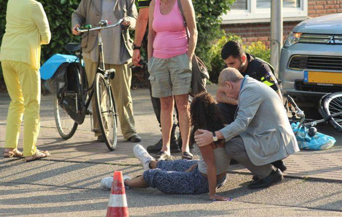 Frits Barend gehurkt naast het slachtoffer