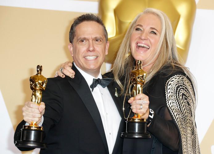 Lee Unkrich en and Darla K. Anderson met de Oscars voor beste animatiefilm.