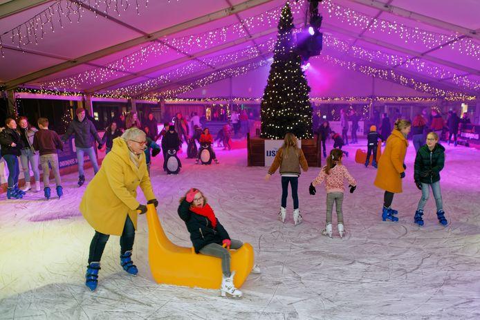 Archieffoto van discoschaatsen op de ijsbaan op de Markt in Oosterhout.
