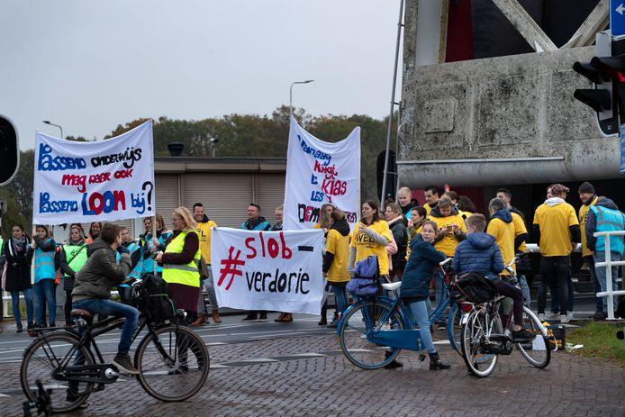 Leraren en kinderen voeren actie tegen het onderwijs in Beek en Donk