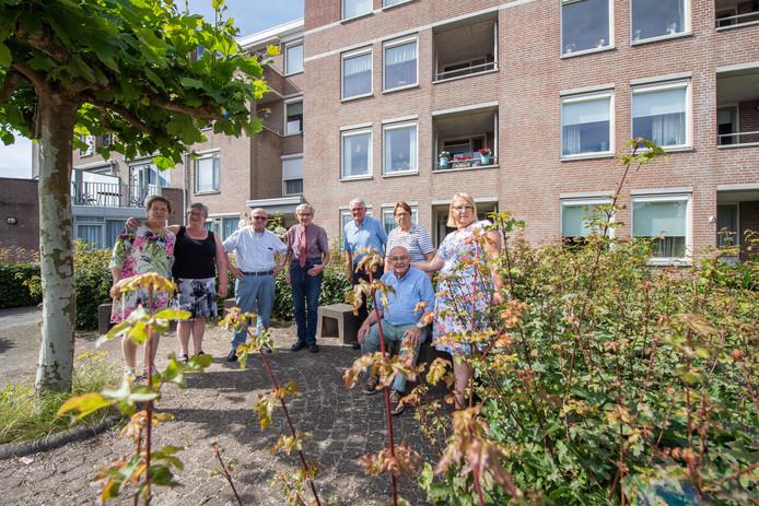 Bewoners van de seniorenflat aan de Grote Kerkstraat in Raamsdonksveer zijn boos. Onder andere over het onkruid dat hoog boven de beplanting uitgroeit.