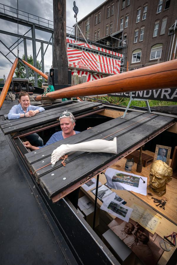 Links Monique Broekman en rechts Alexandra van Dongen in hun expositieboot.