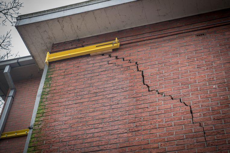 Door de verzakking is een van de muren gebarsten.