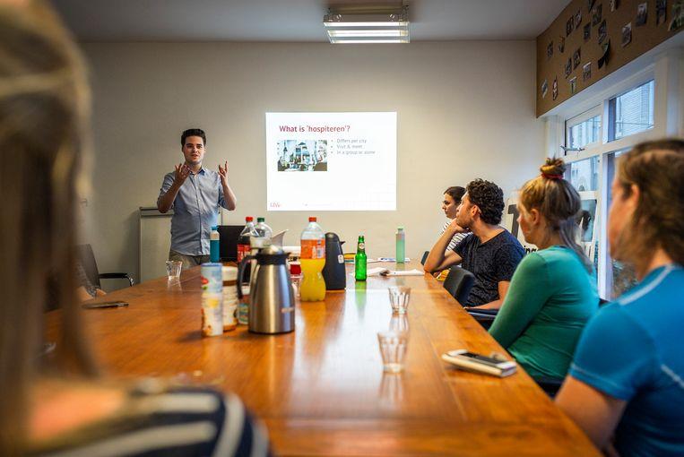De studenten luisteren geduldig naar de tips van Jeffrey Koppelaar.  Beeld Jiri Buller