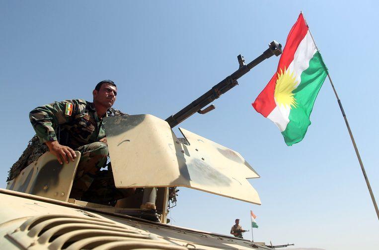 Een Koerdische strijder in de buurt van Bashiqa Beeld afp