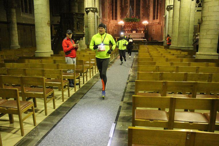 De passage door de Sint-Ambrosiuskerk was één van de hoogtepunten voor de lopers.