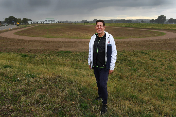 Theo Joosten bij een atletiekbaan in Cuijk.