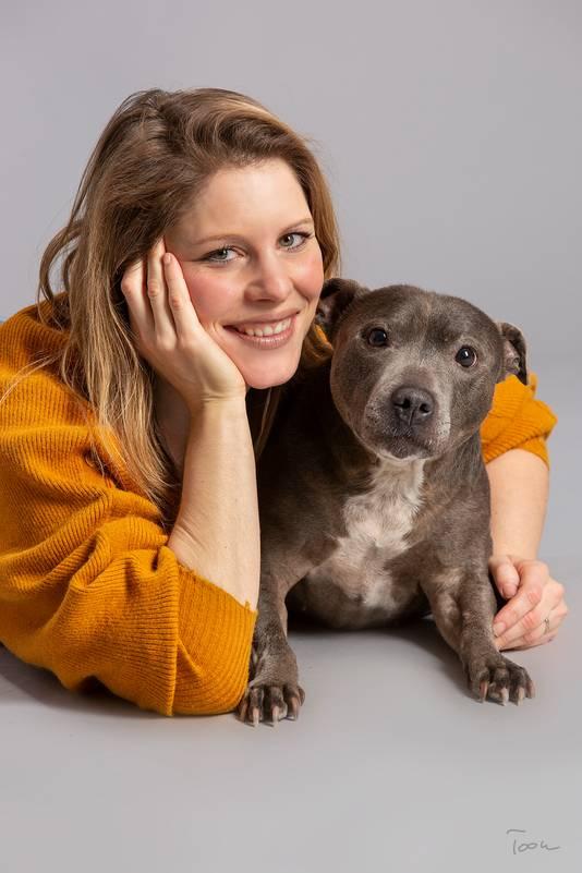 Sandy van de Lockand met haar inmiddels overleden hondje Jane. Haar hond betekende veel voor haar. Ze had er veel steun aan.