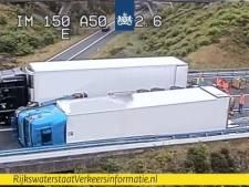 Gekantelde vrachtwagen op knooppunt Waterberg, verkeer rond Arnhem hopeloos vast