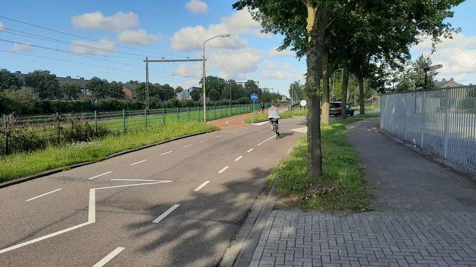 Fietsers moeten nu nog de soms vrij drukke Melis Stokelaan oversteken en de rijbaan op, waar het vorig jaar gemaakte fietspad stopt. Dat gaat veranderen.