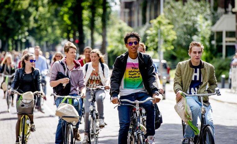 Een nieuwe lichting studenten arriveert voor aanvang van de introductieweek in Utrecht (2014). De studenten op de foto komen niet voor in het verhaal. Beeld anp
