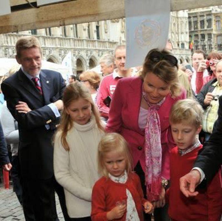 Als chef protocol van de stad Brussel begeleidt Jean-Marie Pire vaak hoge gasten, zoals hier koningin Mathilde en haar kroost.
