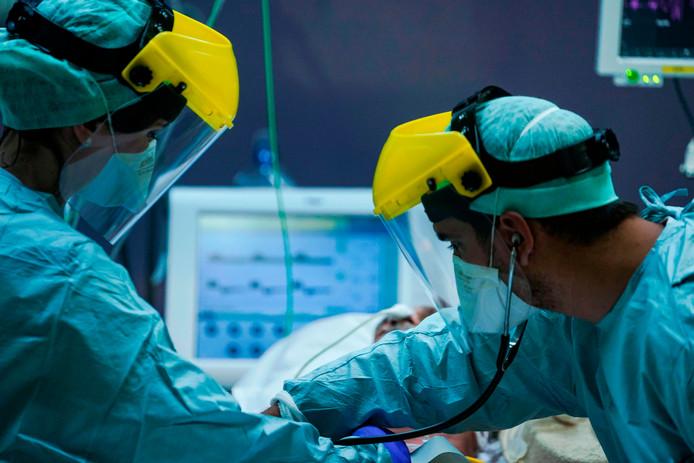 Foto ter illustratie van medici op een intensive care.