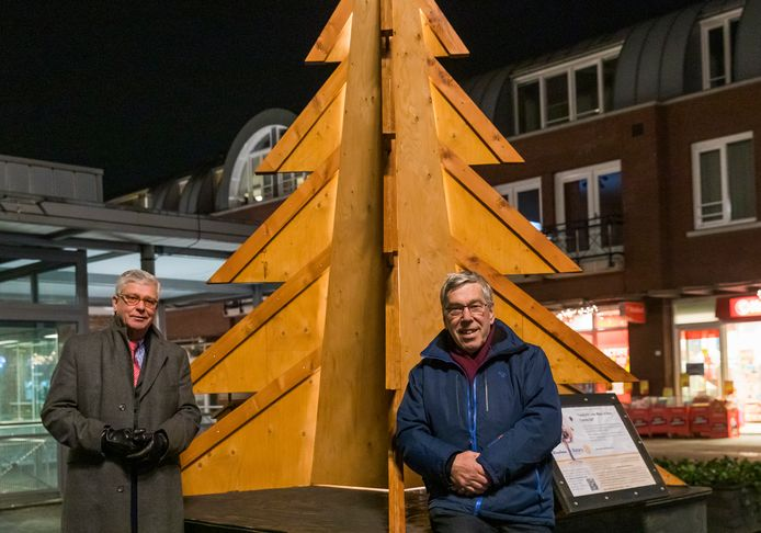 De Wensboom, een initiatief van rotaryclub Best-Oirschot, met René Meeuwissen (links) en Hans van Leuven.