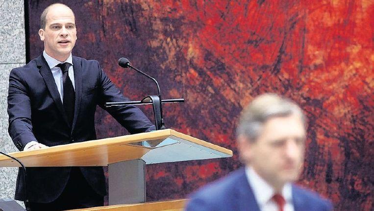 Samsom (PvdA) aan het woord in de Tweede Kamer. Op de voorgrond Buma van het CDA. Beeld anp