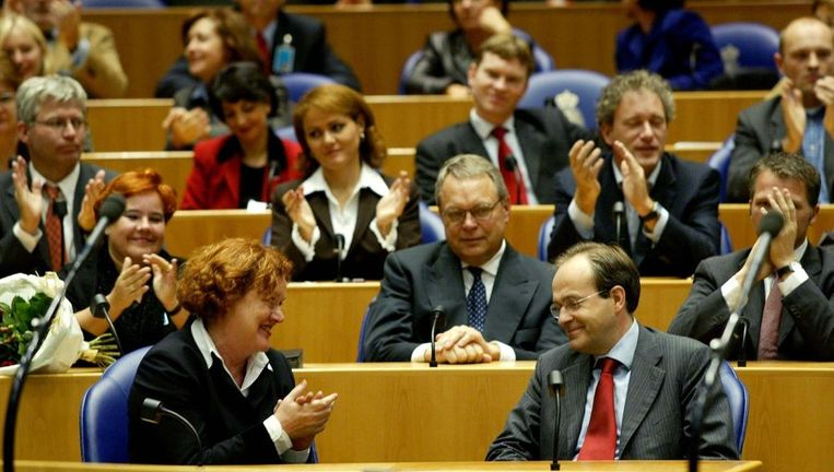 Ad Melkert (rechtsvoor) krijgt applaus bij zijn vertrek uit de Tweede Kamer in 2002. Beeld anp