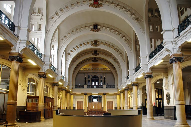 De indrukwekkende inkomhal van het Gerechtshof aan de Britselei.