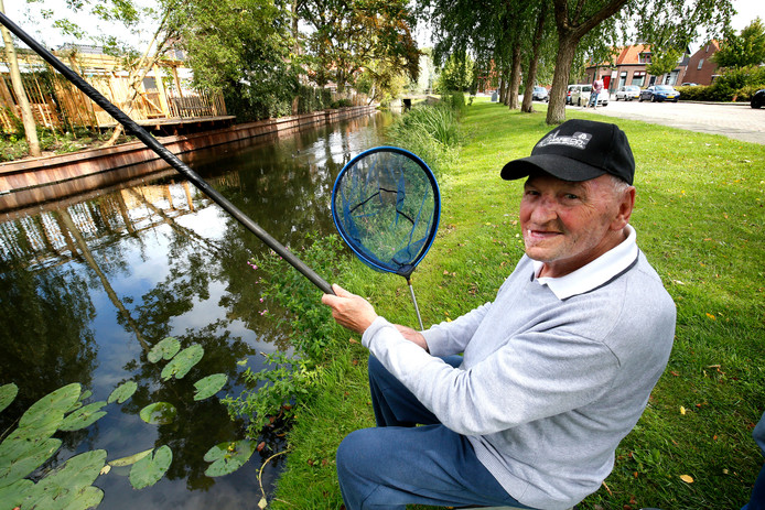 Speciaal voor deze foto nam Cees Vlot nog één keer plaats op zijn viskoffer. Om gezondsheidsredenen gaat vissen niet meer.