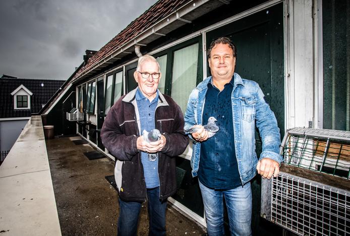 """Marie en zoon Kees Wijntje met ieder een duif. ,,Ik ben twee tot tweeënhalf uur per dag met de verzorging bezig"""", vertelt Marie."""