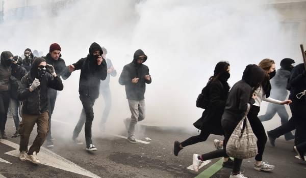 Dertien agenten gewond bij hevige demonstraties tegen Le Pen