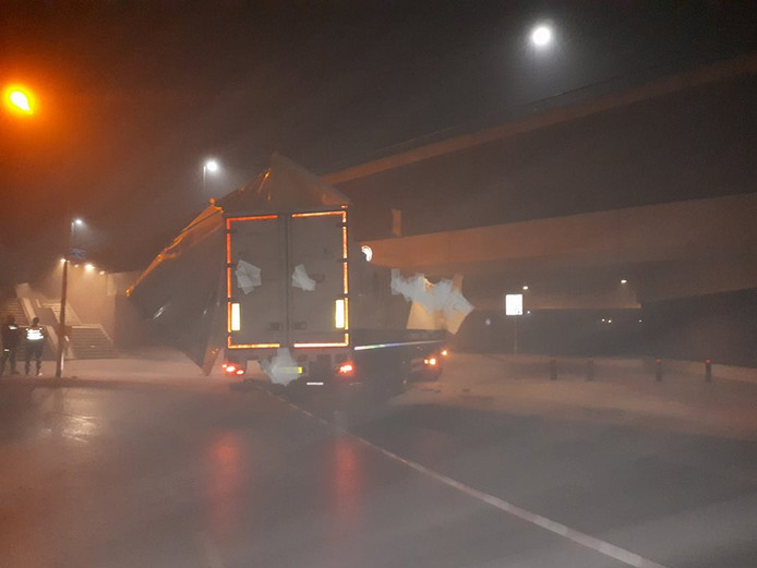 Een vrachtwagen heeft zichzelf vastgereden onder het viaduct onder stadsbrug De Oversteek in Nijmegen.