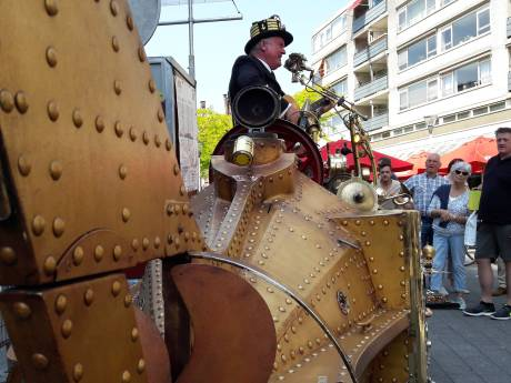 Vlammen slaan uit de Nautilus, een muzikaal wonder op wielen uit Tilburg
