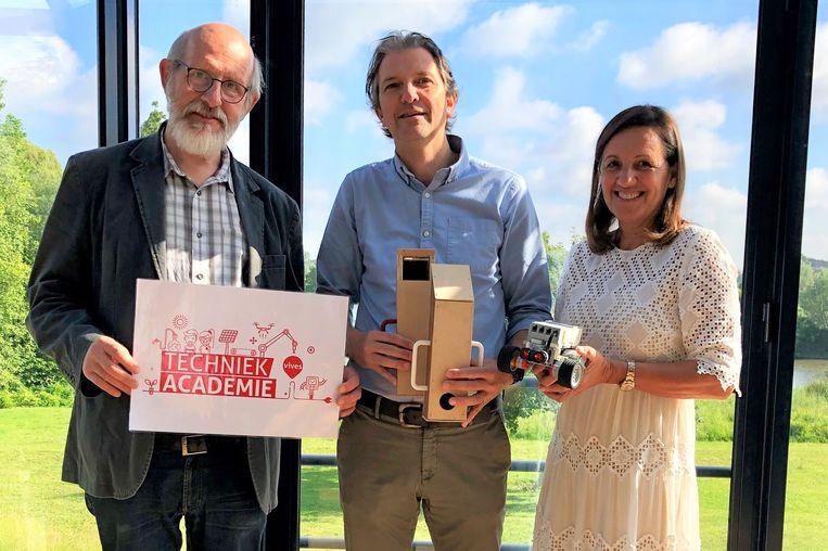 Wetenschapscommunicator VIVES Rik Hostyn, schepen Pieter Vanderheyden (Welzijn) en burgemeester Agnes Lannoo-Van Wanseele (Welzijn).