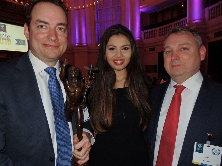 Richard de Groot (l) en Mark Schneiders (r) van ABN Amro, winnaar van de Cash Publieksprijs, willen graag gastvrouw Kim van Dijck erbij op de foto. Beeld -