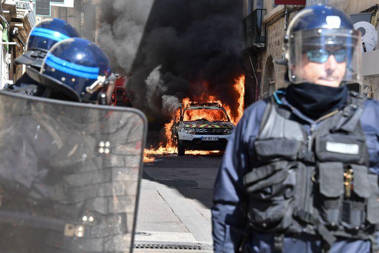 In Montpellier kwam het al snel tot geweld en werd een politiewagen in brand gestoken.