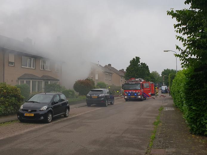 Uitslaande brand in een hoekwoning aan de Tulpstraat in Malden.