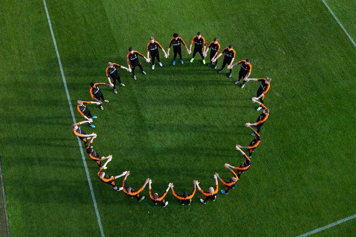 De spelers van het Nederlands elftal vormden deze week een kring als statement tegen racisme.