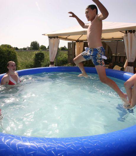 Barnevelders en Nijkerkers krijgen soms minder water uit de kraan; Oproep Vitens tegen 'slurpende' tuinbaden