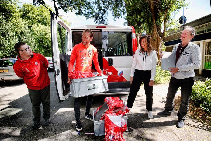 De laptops worden in Zuilen afgeleverd door FC Utrecht aanvoerder Willem Janssen.