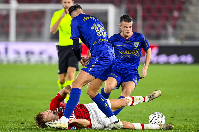 (l-r)Dani de Wit van AZ en Stan van Dijck en Vito van Crooij van VVV-Venlo tijdens de Nederlandse Eredivisie-wedstrijd tussen AZ en VVV-Venlo.
