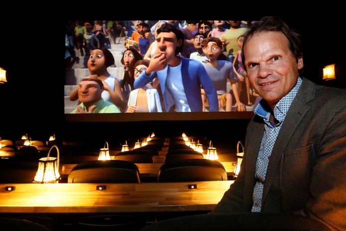 Laban Duijnhouwer is eigenaar van bioscoop Hollywoud in Almkerk. Het is 65 jaar geleden dat zijn vader diens reisbioscoop inschreef bij de Kamer van Koophandel.