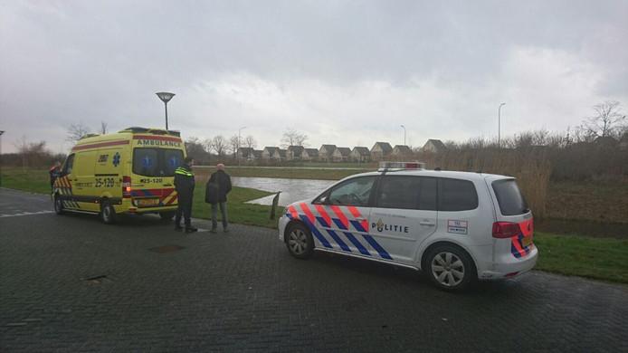 Ambulancepersoneel ontfermt zich over de bestuurder. Foto: GinoPress