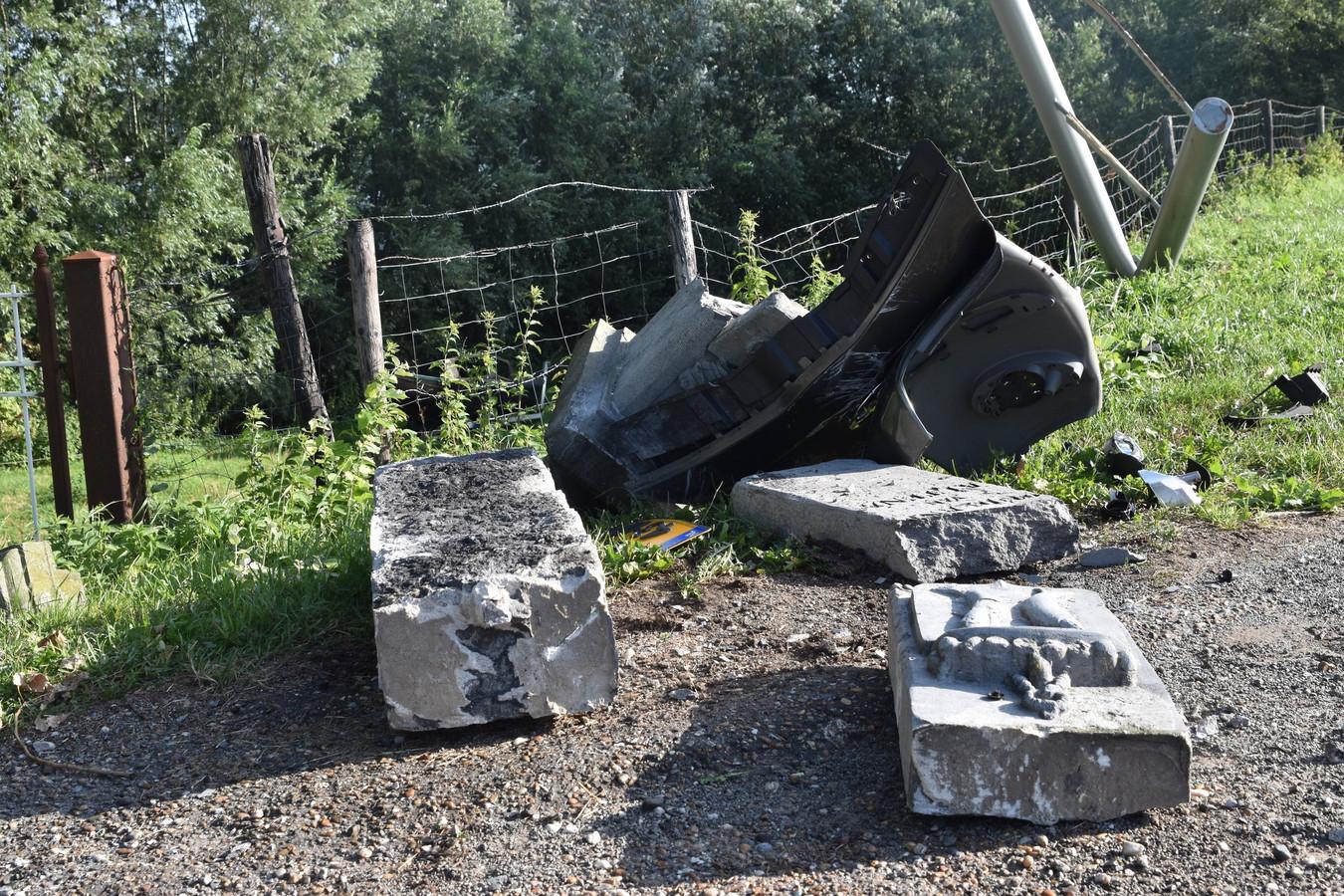 De beschadigde grenspalen, kort na de botsing op zondagochtend.