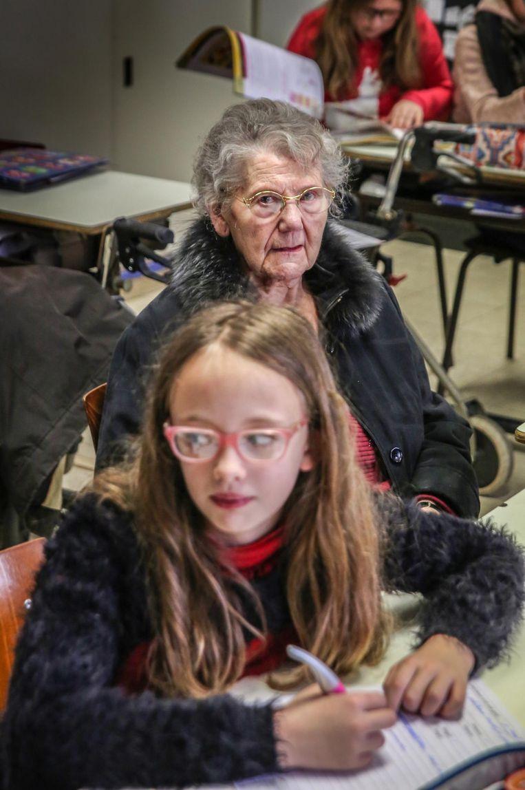 Een rusthuisbewoonster volgt les met een leerling.