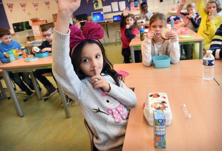 De kinderen moeten stil zijn tijdens de lunch, zodat ze zich op hun boterham kunnen concentreren. Beeld Marcel van den Bergh