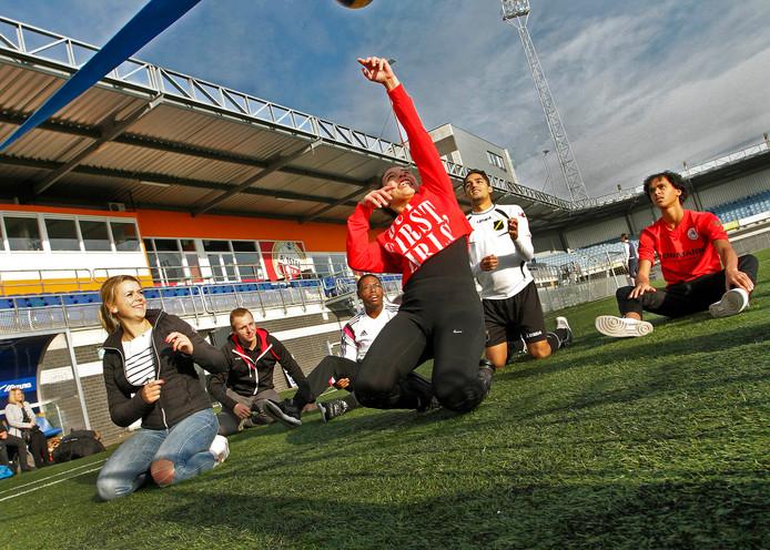Leerlingen van Johan Cruyff College verdiepen zich in de gehandicaptensport , dus als valide sporters gingen ze in praktijk ervaren hoe sporten met een beperking voelt zoals hier zitvolleybal. Foto : gerard van offeren