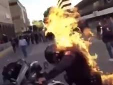 Un jeune décède au Mexique après avoir été arrêté: des heurts éclatent, un manifestant met le feu à un policier