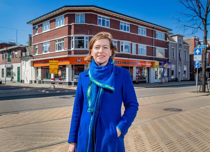 Claartje Chajes bij Joods huis in Apeldoorn, zij schrijft hierover in het afgelopen weekeinde gepresenterde boek Joodse Huizen.