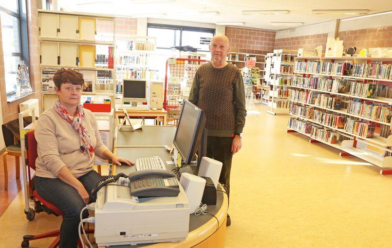 Bib-medewerkster Karin Van Riet en vrijwilliger Jos Vergauwen in de bibliotheek van Brussegem.