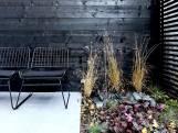 Vijf keer zwarte meubels en elementen in de tuin