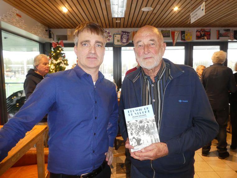 Auteur Philip Kooke en Lieuwe Roos, de broer van Marjola, de oude liefde van Kramer die op 26-jarige leeftijd overleed. Het boek is aan haar opgedragen. Beeld Hans van der Beek