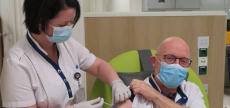 Stan Aerdts (64) krijgt als IC-arts eerste vaccinatie in ziekenhuis van Hardenberg: 'Gelukkig volgen er velen na mij'